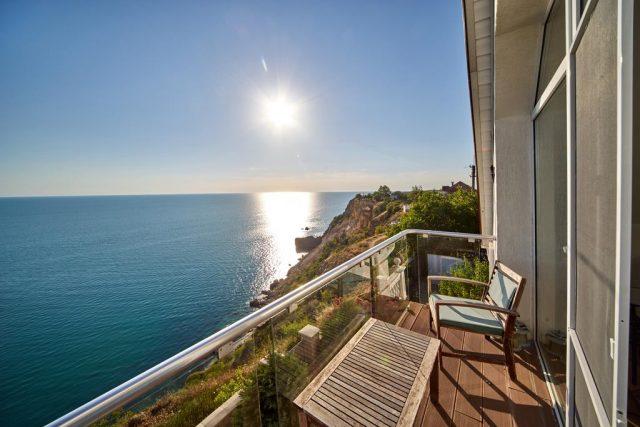 вид с балкона отеля на море в Севастополе