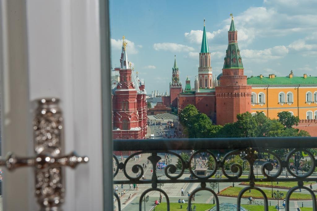 Шикарный вид из окна гостиницы на московский Кремль gostinica-nacional1