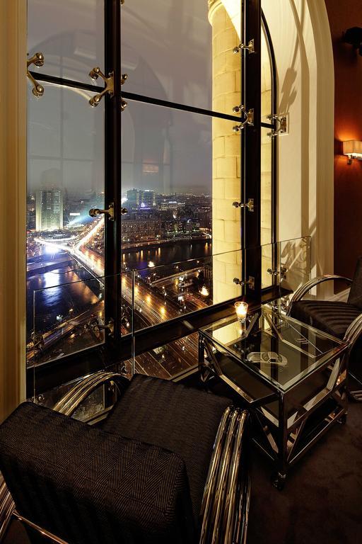 прекрасный вид из окна отеля на ночную Москву и Москву-реку