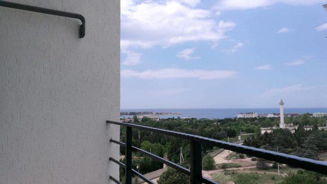 красивый вид с балкона апартаментов на море и Севастополь