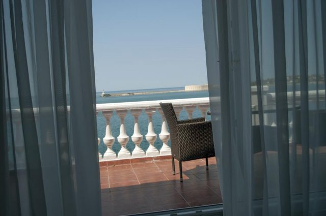 красивый вид из номера отеля на море в Севастополе