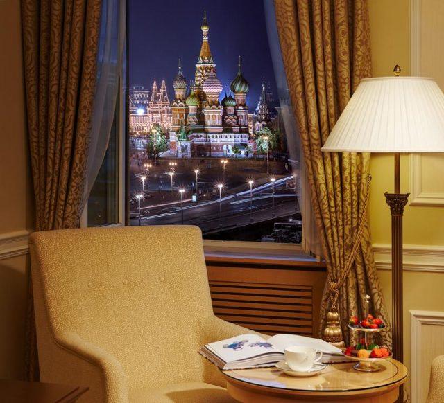 Великолепный вид на ночную Москву и Кремль из окна отеля otel-balchug-kempinski-moskva1