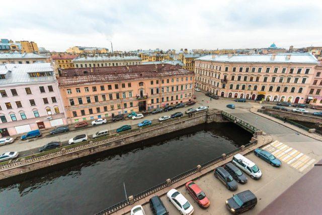 красивый вид из окна отеля на Санкт-Петербург