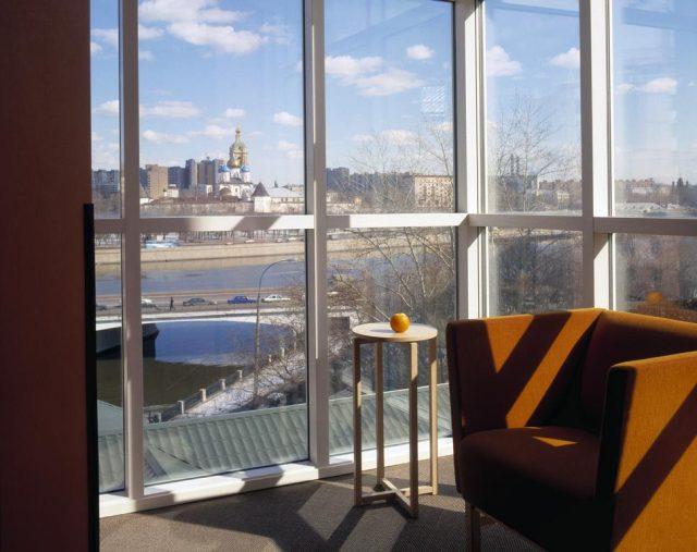 шикарный панорамный вид на Москву-реку из окна отеля