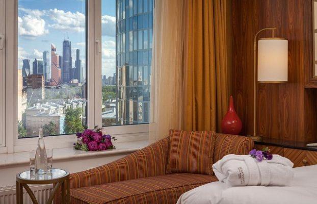 красивый вид из номера отеля на комплекс Москва-Сити