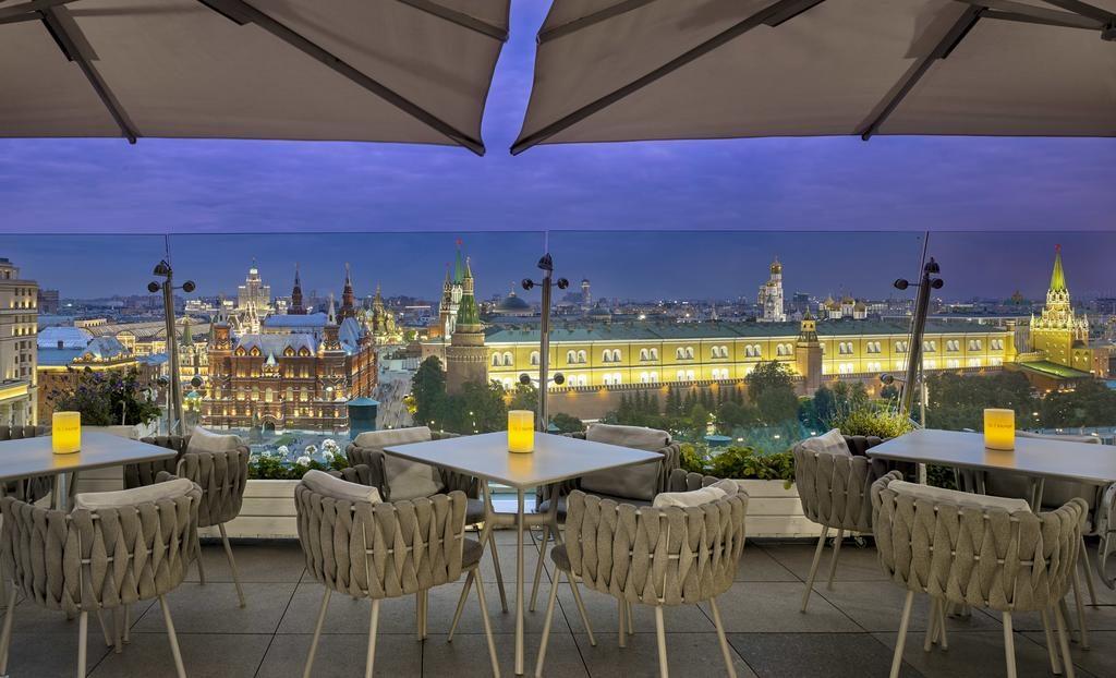 Великолепный вид на московский кремль с площадки ресторана в отеле otel-ritc-karlton3