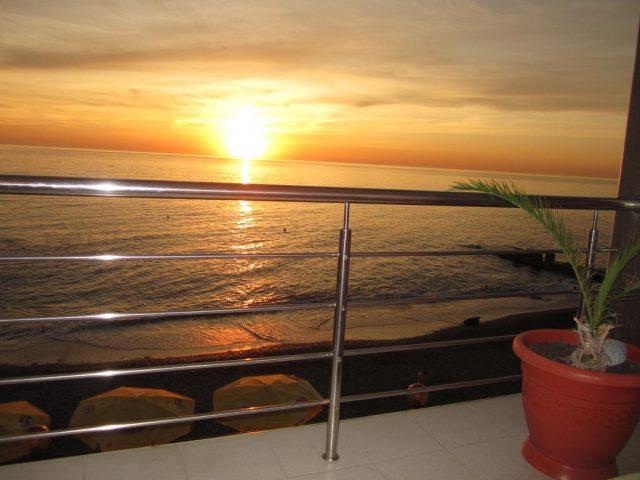 красивый вид на закат на море из отеля