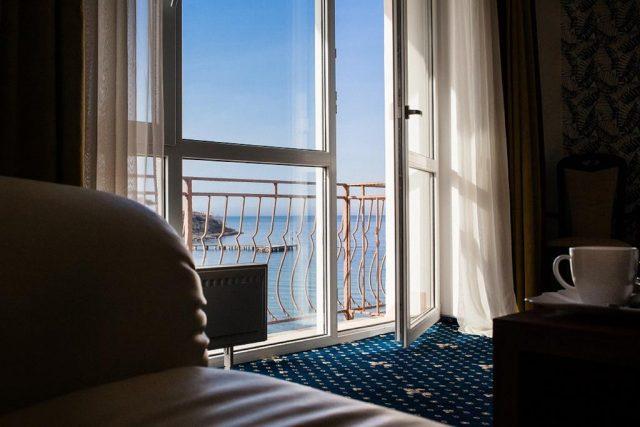 шикарный вид из номера гостиницы на море
