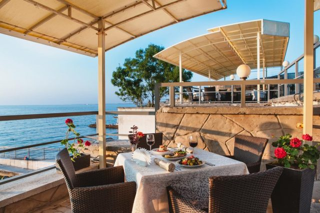 прекрасный вид из ресторана отеля на море в Севастополе