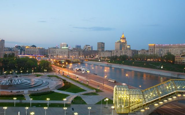 красивый вид из окна отеля на Москву-реку в сумерках