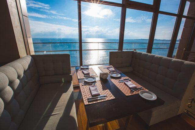 красивый вид из окна ресторана на море