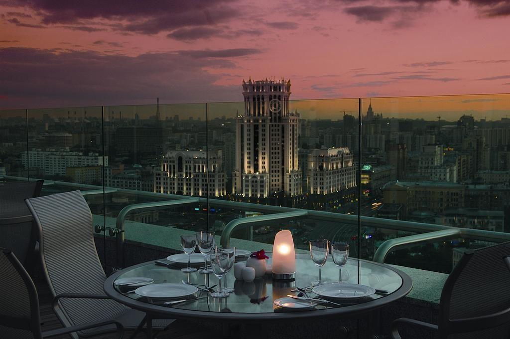 Панорамный вид из окна на ночную Москву svissotel-krasnye-holmy3
