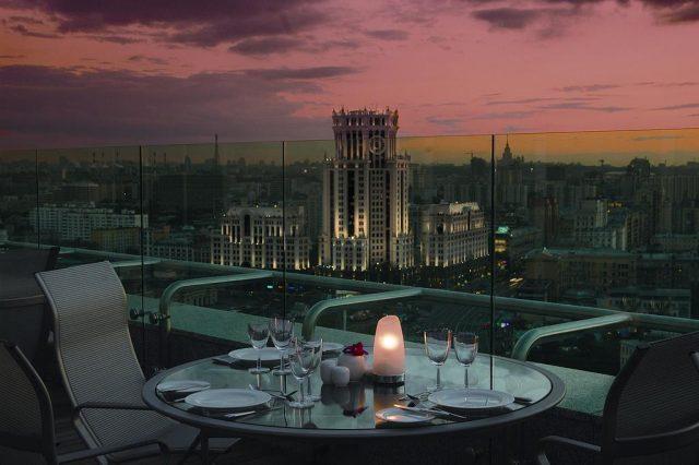 шикарный панорамный вид на ночную Москву для новобрачных