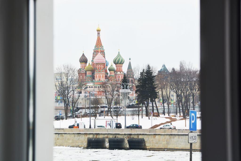 Шикарный вид из окна на Казанский собор и Кремль в Москве trojka-otel-moskva1
