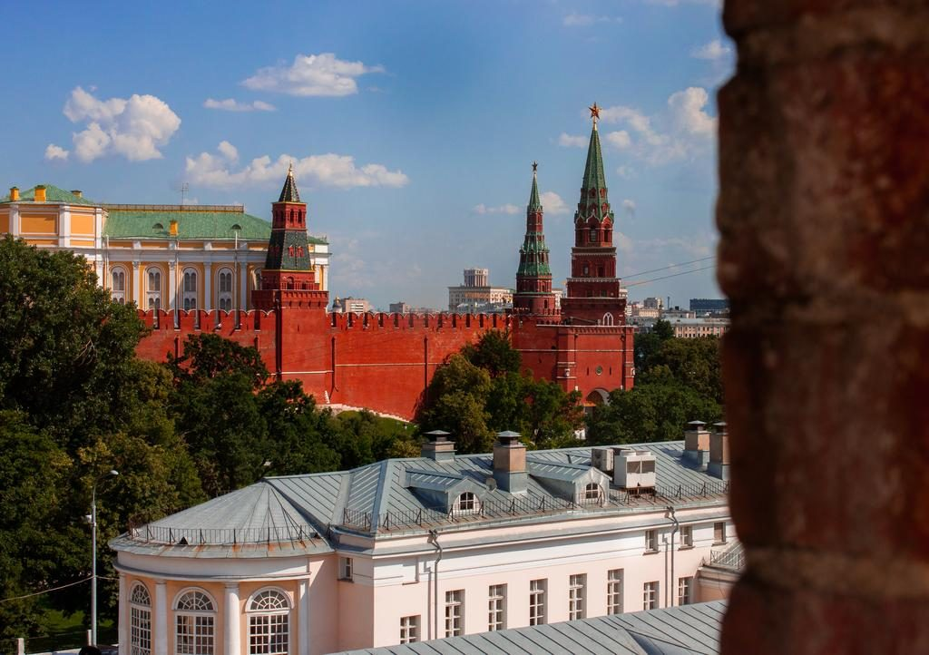 Великолепный вид из окна отеля на московский Кремль velij-otel-mohovaya-moskva2