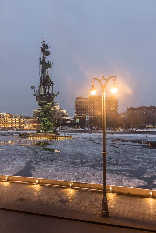 прекрасный вид из окна отеля на Москву-реку и корабль