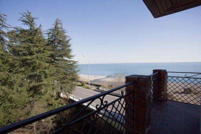 красивый вид на море и берег с балкона отеля
