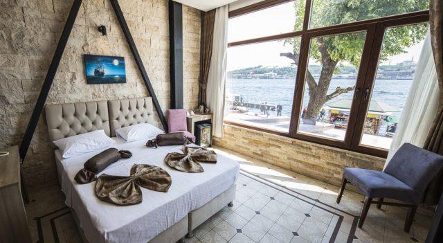 шикарный вид из окна на Босфор и корабли