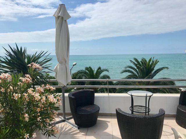 красивый вид на море в балкона отеля