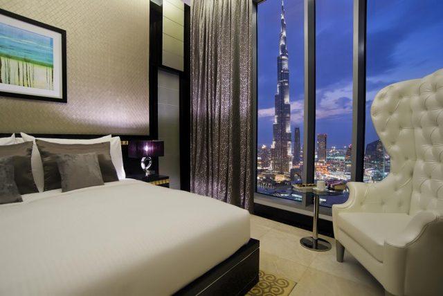 шикарный панорамный вид из окна спальни на небоскреб Бурдж-Халифа