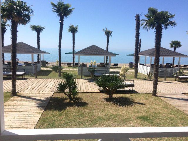 красивый вид на море и пальмы с балкона отеля
