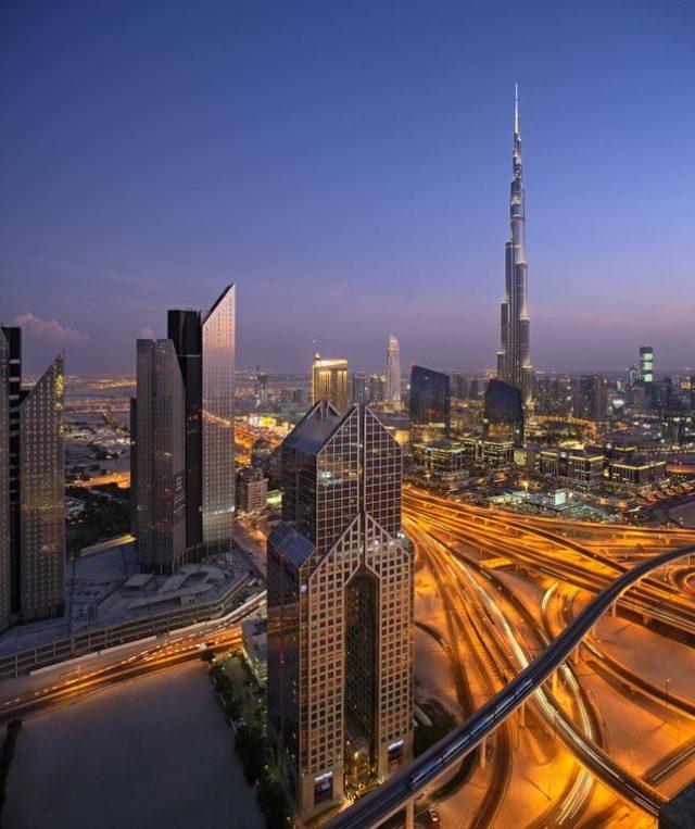 красивый вид с балкона на ночной Дубай и башню Бурдж-Халифа