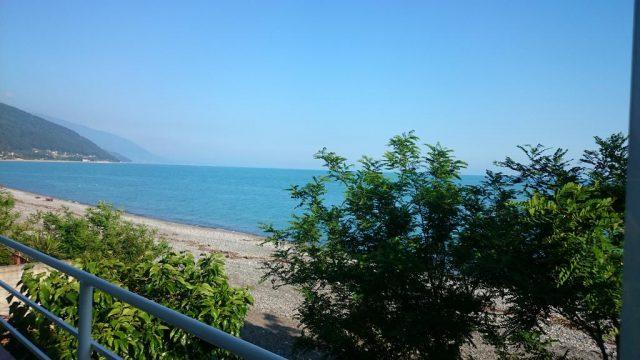 красивый вид на море из окна отеля