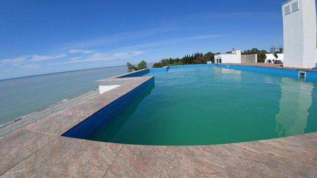 шикарный вид на море из обзорного бассейна отеля
