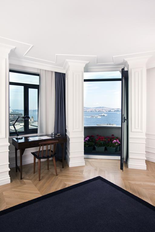 красивый вид из номера отеля на Босфор и Стамбул