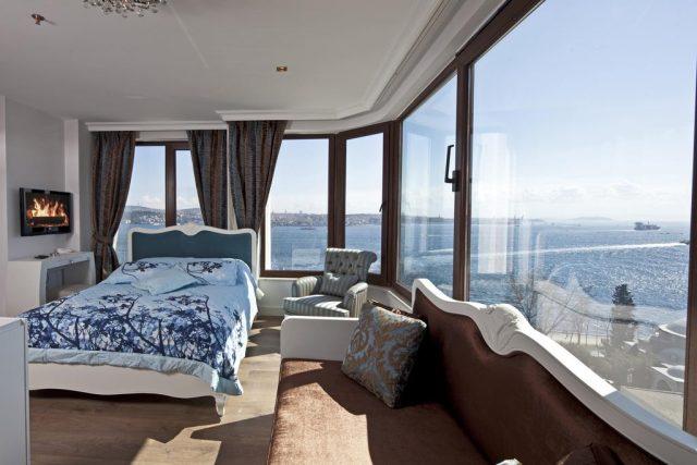 шикарный вид на Босфор из окна спальни отеля