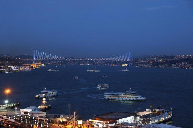 красивый вид на набережную Стамбула и Босфор