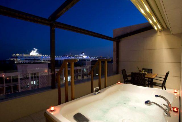 панорамный вид на Босфор и лайнер из люкса отеля
