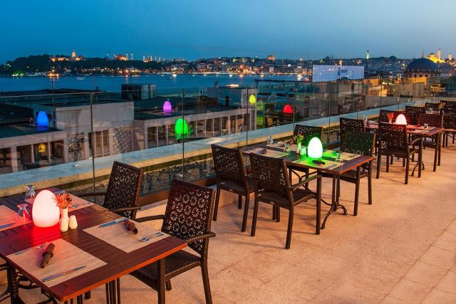 шикарный вид из ресторана отеля на Босфор