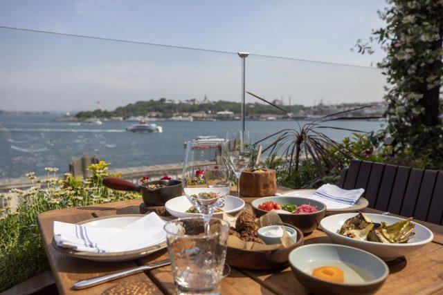 впечатляющий вид на Босфор из ресторана отеля