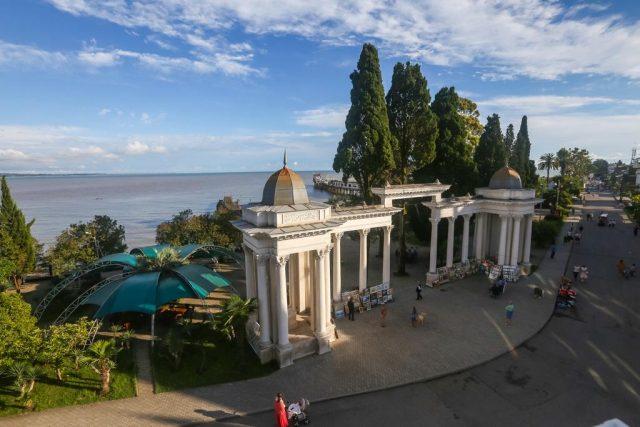 красивый вид на море и город с балкона гостиницы