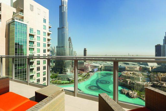 красивый вид с балкона на небоскреб Бурдж-Халифа