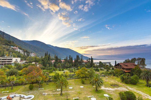 Вид с балкона на парк, горы и море в Абхазии