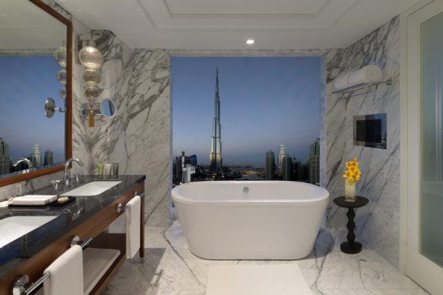 панорамный вид на башню Бурдж-Халифа из ванной комнаты