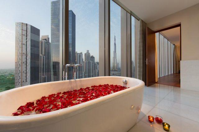 шикарный панорамный вид на Бурдж-Халифа из ванной
