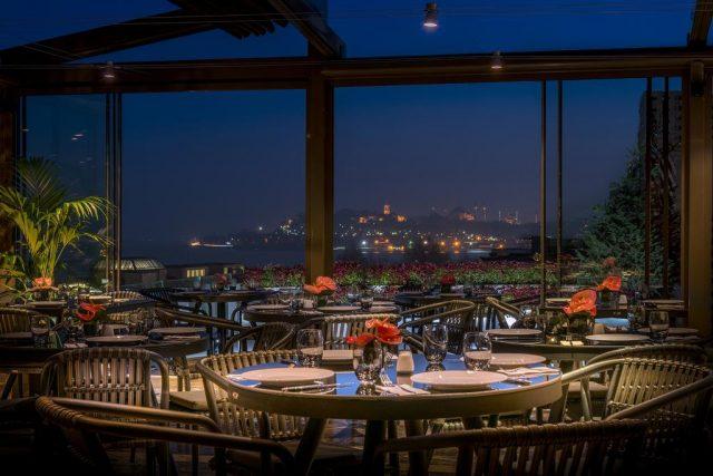 шикарный вид из ресторана отеля на ночной Стамбул и пролив Босфор
