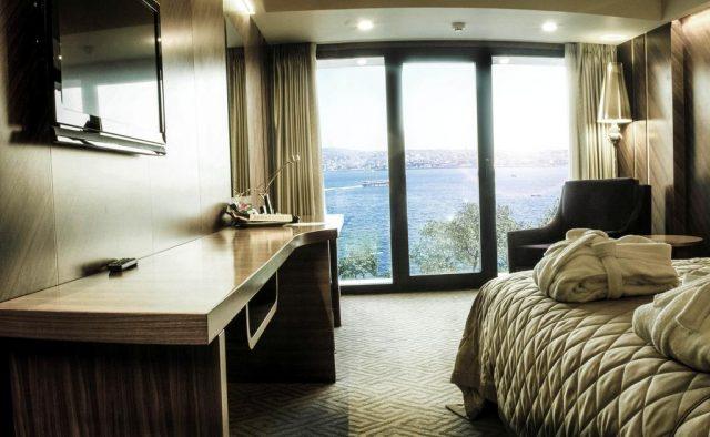 великолепный вид на пролив Босфор из панорамного окна номера