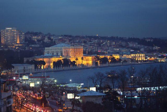великолепный вид на пролив Босфор и Стамбул ночью