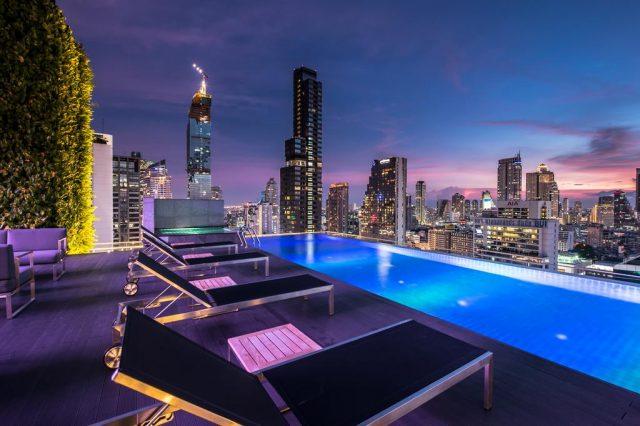 шикарный вид на ночной Бангкок из бассейна отеля