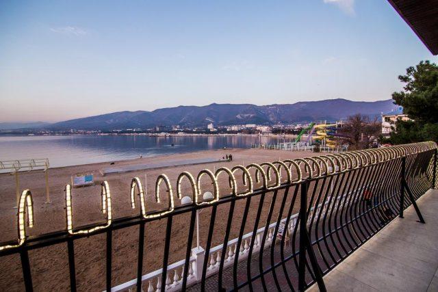 красивый вид на море и горы из отеля в Геленджике