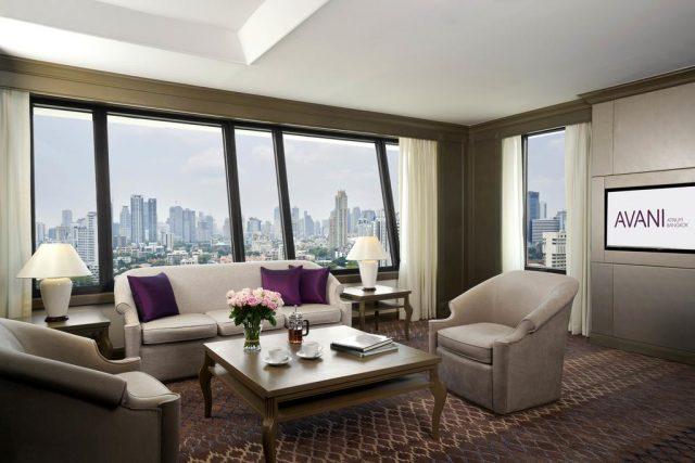 красивый вид на Бангкок из панорамного окна отеля
