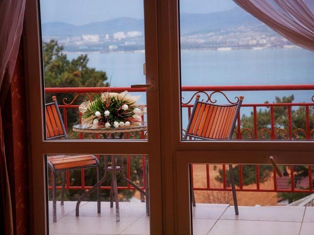 красивый вид на море и горы в Геленджике из окна отеля