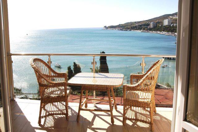 красивый вид с балкона отеля на море в Гурзуфе