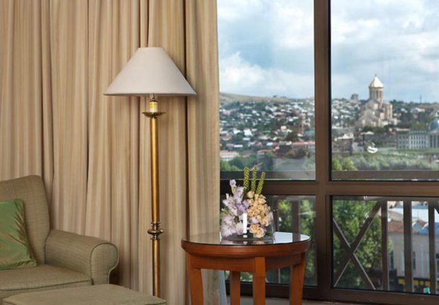 вид из окна отеля на достопримечательности Тбилиси
