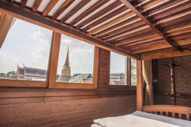 Красивый вид из отеля в Бангкоке на храм Ват Пхо