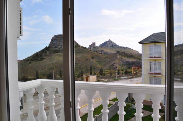 красивый вид из гостевого дома на горы в Судаке